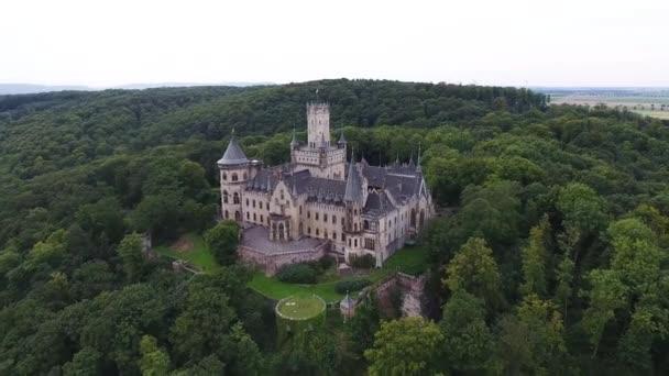 Kilátás Marienburg Castle, a gótikus újjászületés kastély Alsó-Szászországban, Németország, Hannover közelében, drón légi kilátás