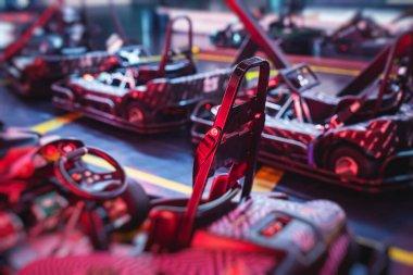 Kapalı mekandaki elektrikli karting pisti, kart yarışması, go-kart yarış pisti manzarası