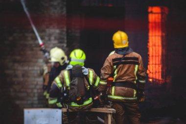 İtfaiyeciler büyük yangın söndürdüler. İtfaiye ekipleri, itfaiye ekipleri ve itfaiye araçlarıyla çatışmaya girdiler.