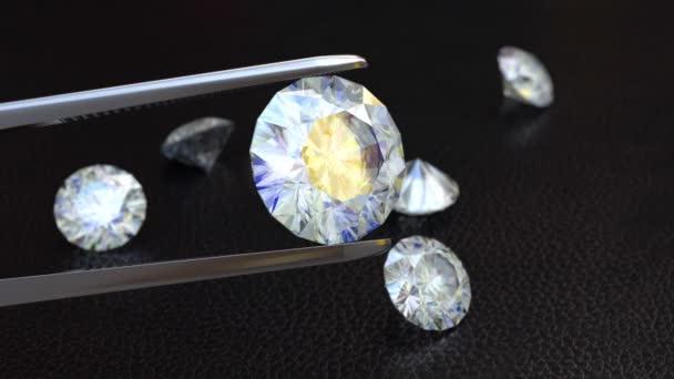 Pinzette mit einem weißen, perfekten Diamanten