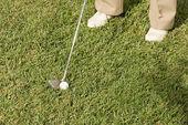 starší muž hrát golf