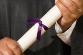 Diplom absolventa držení v rukou