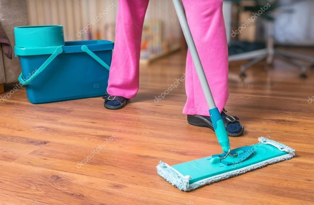 Vloer dweilen met schoonmaakazijn houten vloer dweilen azijn
