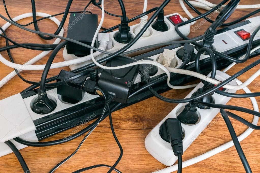 Concepto de consumo de electricidad muchos cables de - Cables de electricidad ...