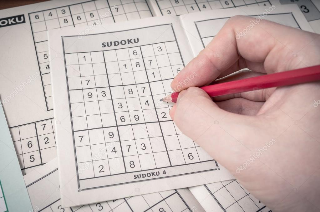 Hand holding pencil is solving sudoku crossword  — Stock Photo