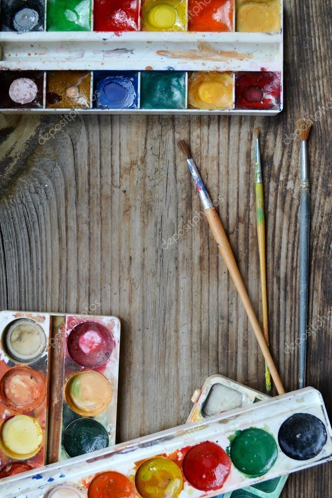 pinturas de colores y pinceles dispuestos como un marco de mesa de ...