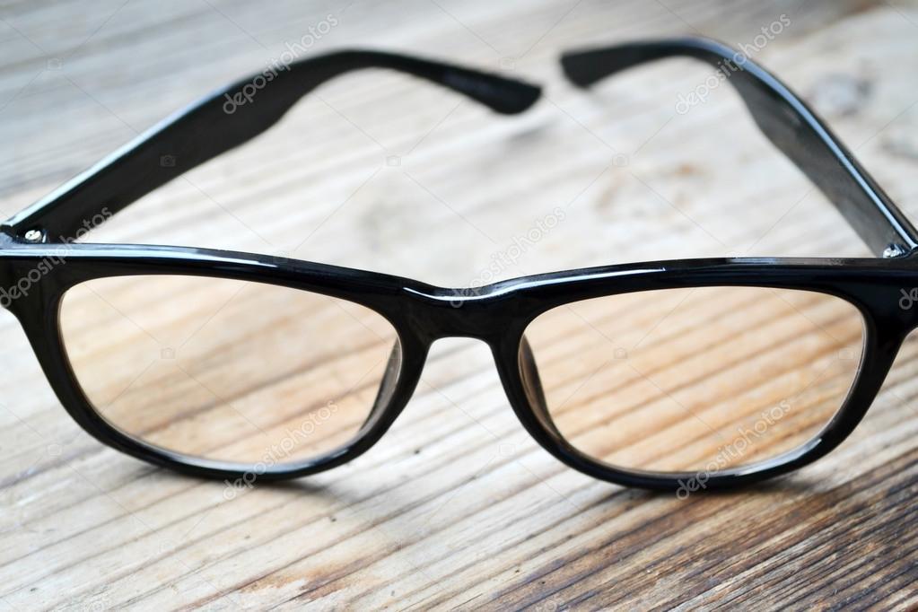 399d10d6868461 Zwarte vintage Leesbrillen voor computer op houten tafel — Stockfoto ...