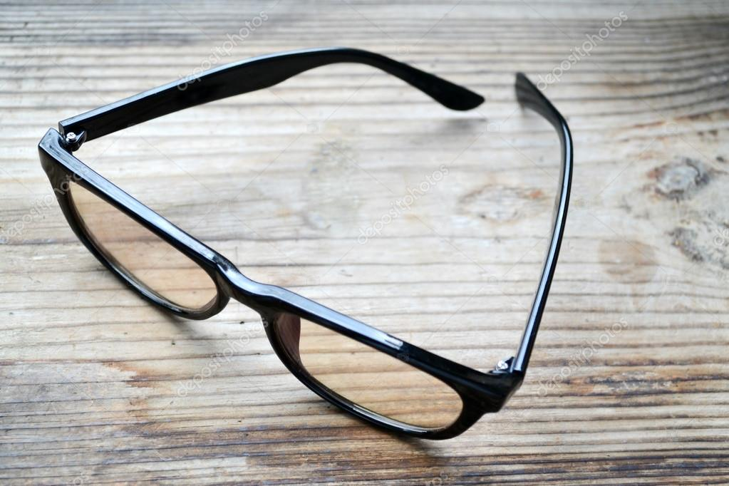 36e4fd4443 Μαύρο vintage γυαλιά για υπολογιστή ξύλινο τραπέζι ανάγνωσης — Φωτογραφία  Αρχείου