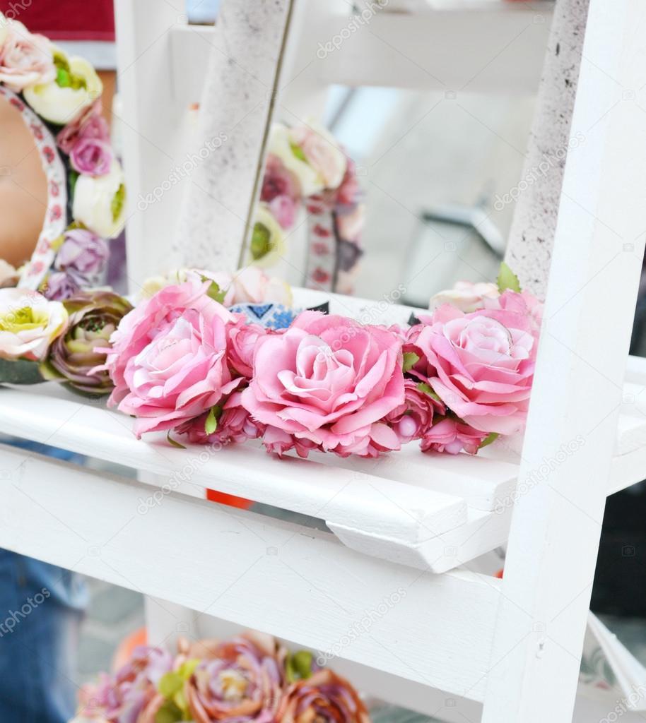 Coronas de novia con rosas y otras flores en blanco francés estante ...