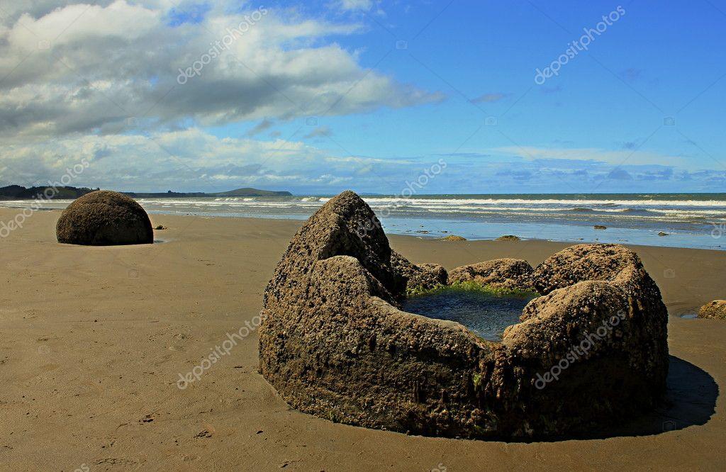 Vasca Da Bagno Unico : Unico vasca da bagno sulla spiaggia u foto stock numenesse