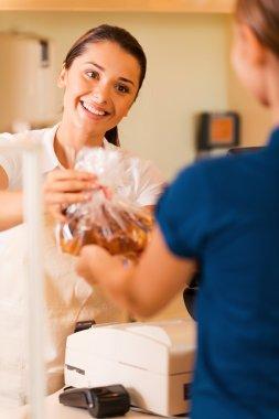 """Картина, постер, плакат, фотообои """"женщина-пекарь дает печенье клиенту """", артикул 52444173"""