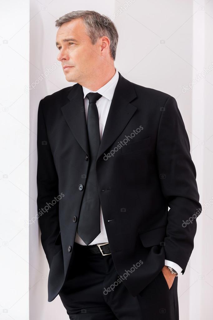 85b861ea97a7e Hombre maduro considerado en trajes de etiqueta — Foto de Stock