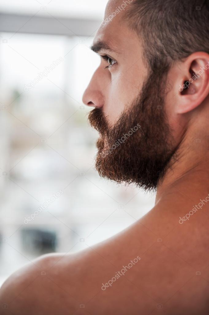 Homme Barbu Nu gentil jeune homme barbu et torse nu — photographie gstockstudio