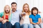 Fényképek meglepett családi otthon tévénézés