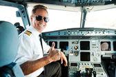 Pilot zeigt den Daumen nach oben