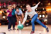 Fotografie Muž hodil bowlingové koule