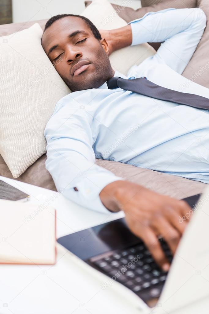Homme africain dormir sur le canap photographie gstockstudio 60278901 - Canape style africain ...