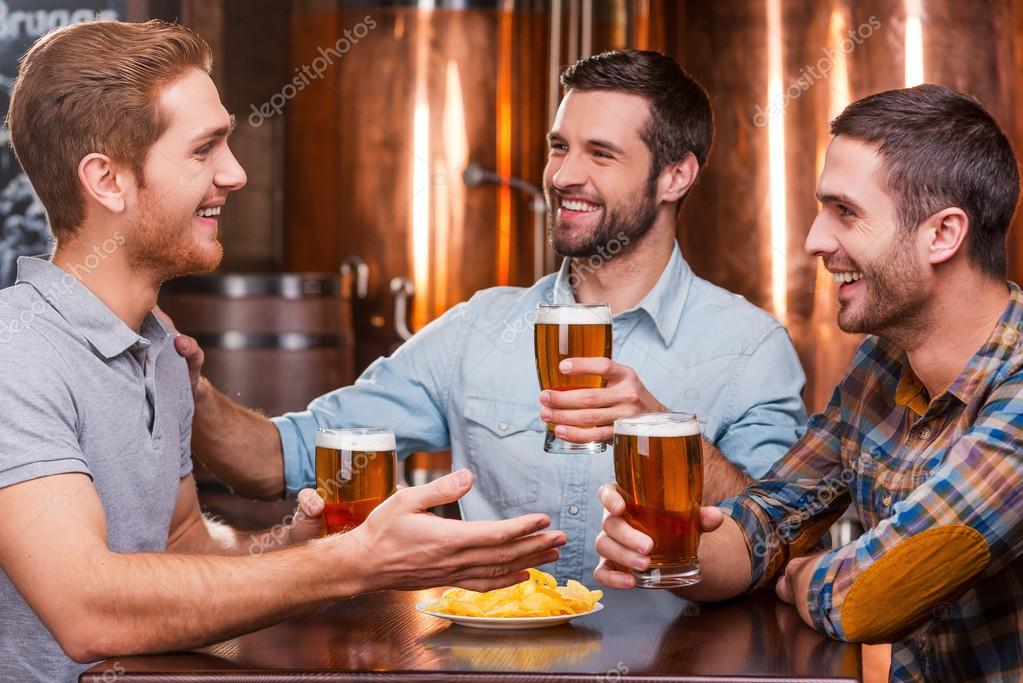 Que hora es?  Depositphotos_61925369-stock-photo-young-men-talking-and-drinking