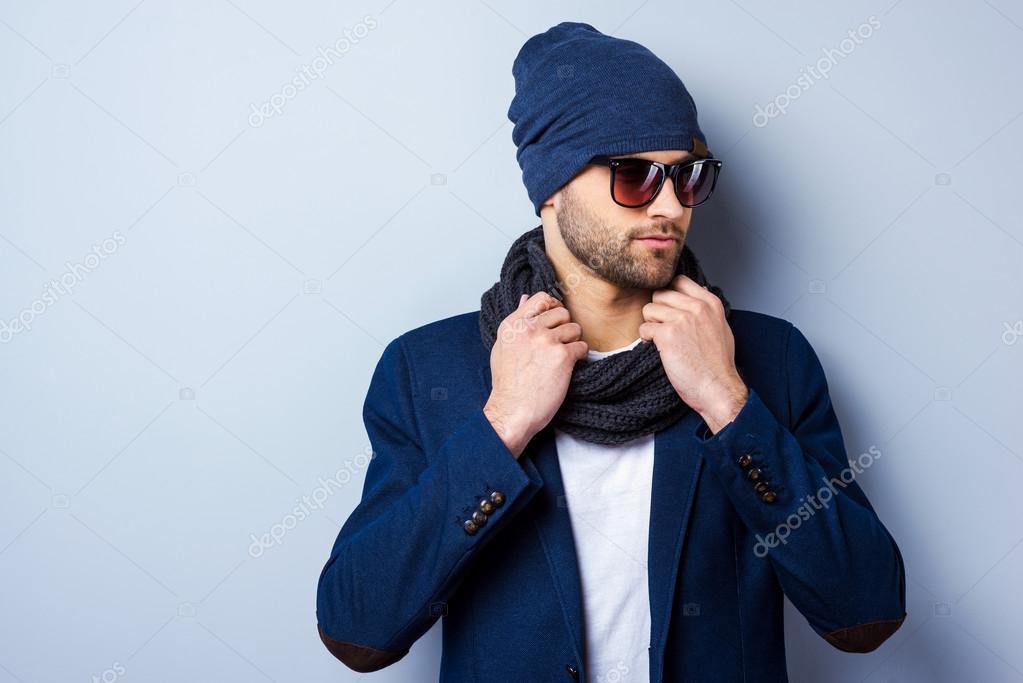prezzo ufficiale doppio coupon altamente elogiato Uomo alla moda in occhiali da sole e cappello — Foto Stock ...