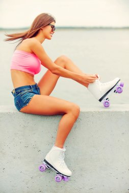 woman tying up her roller skates