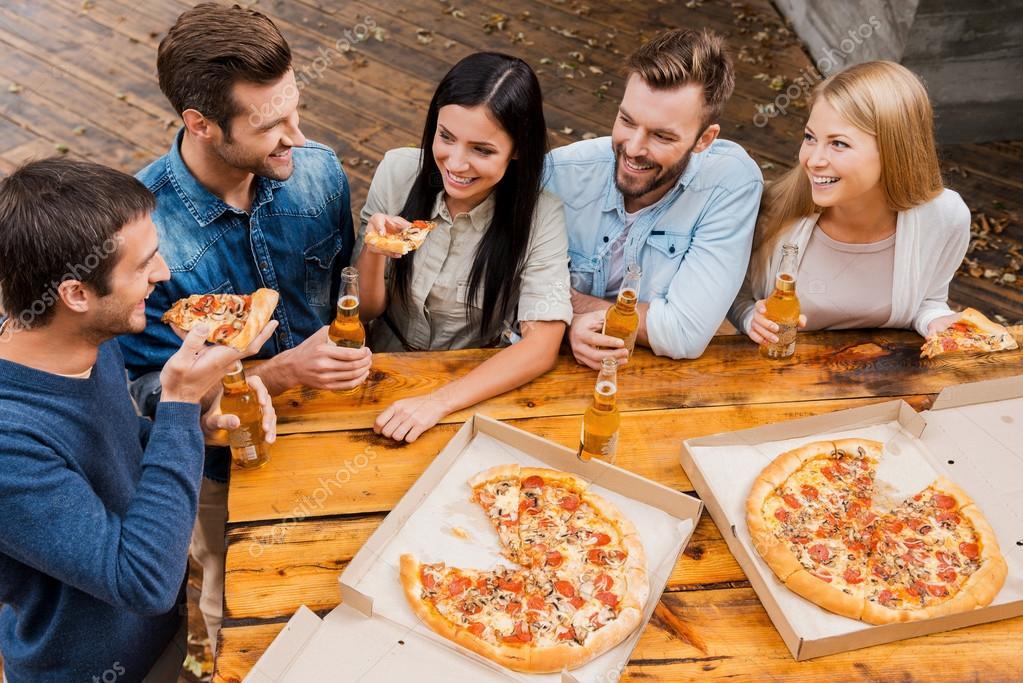 Personas Que Cerveza Y Comer Pizza