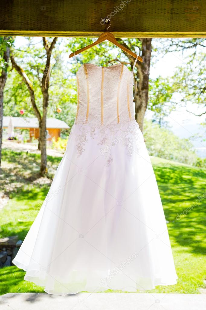 Hochzeit Kleid Hung im freien — Stockfoto © joshuarainey #87276312