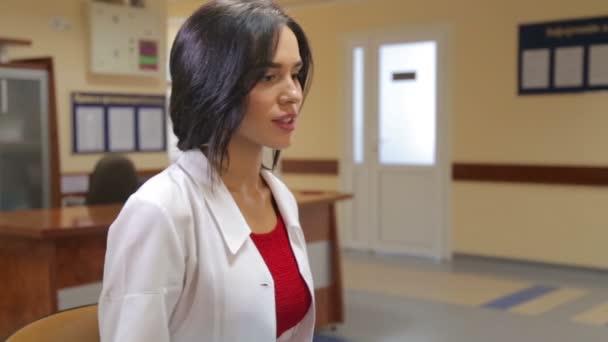 Mladá žena lékaře kliniky. Doktor na práci na klinice. Zdravotní péče, zdravotní péče pro lidi.