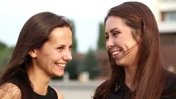 fiatal barátnői szórakozni gossiping.young diákok beszélt emotionally.portrait, a fiatal lányok nővérek.