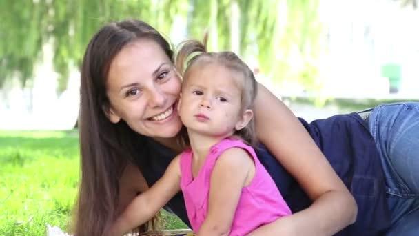 mladá matka s dítětem v městě park.mother, hrát si s dítětem v parku na grass.family v parku na vacation.mom s malou holčičkou v přírodě