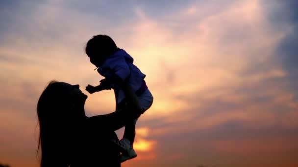 anya játszik a baba játék baba baba a háttérégbolt sunset.mum sunset.young anya
