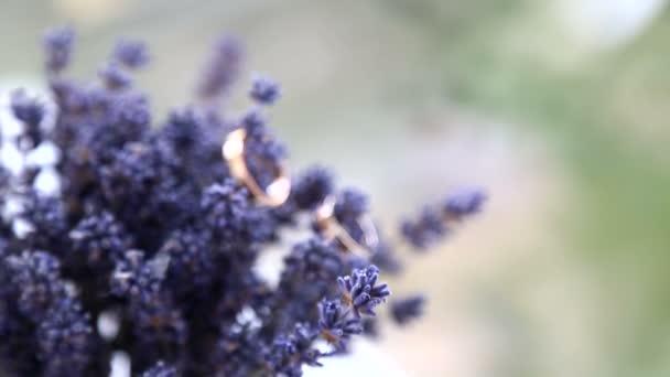 snubních prstenů a snubních prstenů bouquet.wedding na bouquet.arrangement s atributy, svatba.