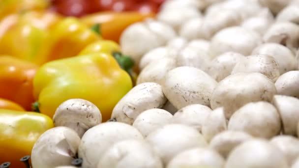 számos friss gyümölcs és zöldség az egészséges táplálkozás. élelmiszer közelről. organikus, természetes gyümölcsöt és zöldséget, vegetarianizmus.