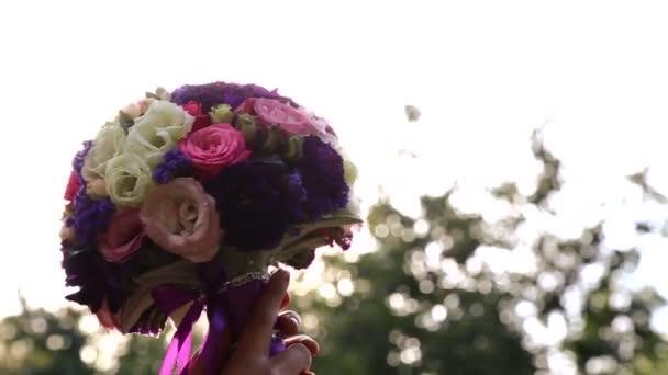 Svatební kytice v sunshine.wedding kytice v ruce nevěsty v sunset.girl s kytice v slunci