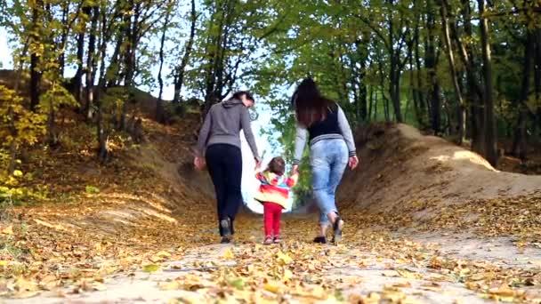 Matka s dítětem v podzimním parku. Máma chodí s dítětem v podzimním lese. Rodinnou procházku v přírodě na podzim. Víkend v lese