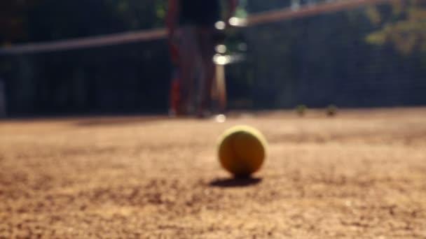 Tenisový kurt před zápasem. Míče na tenisový kurt. Koule se valí na tenisový kurt