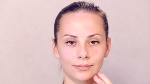 Kozmetikus végzi egy eljárás magában a fiatal szép lány. Orvosi kozmetikai eljárás, szemben a gyönyörű lány.
