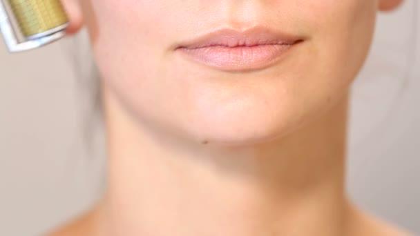 Kosmetička provede postup na první pohled krásná mladá dívka. Lékařská kosmetická procedura tváří v tvář krásná dívka