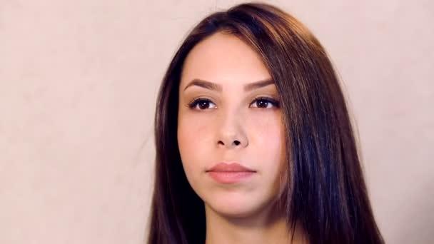 Portrét close-up krásná mladá dívka. Profesionální péče o dlouhé vlasy ve spa salonu. Lékařské ošetření pro zdraví vlasů