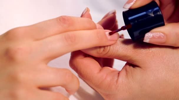 Postup lakování nehtů ve spa salonu. Manikůra procedury v salonu krásy. Spa manikúra postup. Malovat nehty v salonu