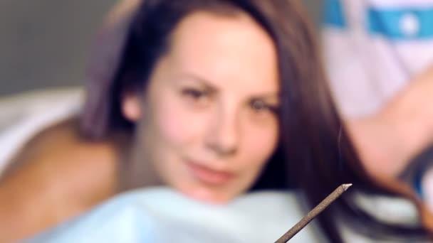 Krásná mladá dívka má odpočinek při masáži. Portrét mladé dívky v relaxačním centru. Dívka Detail obličeje masáž