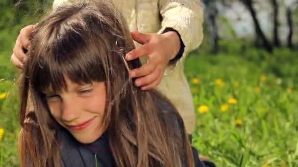 Bambini che giocano sullerba. I bambini europei, dalla pelle bianca combattono su erba verde. Giochi per bambini. Ragazzi indulgere in natura. Ragazzi indulgere in natura. Ragazzo con capelli biondi lunghi, divertirsi, ridere e giocare.