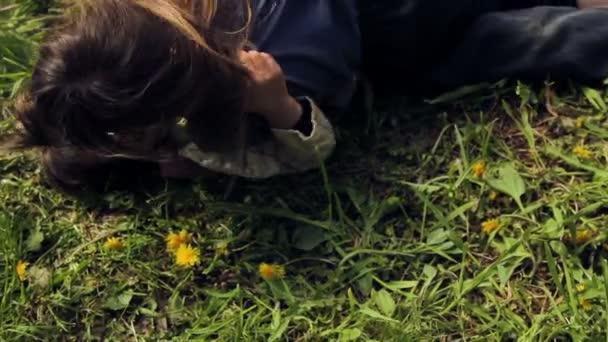 Děti si hrají na trávě. Evropská, bledým děti bojovat na zelené trávě. Dětské hry. Chlapci si v přírodě. Chlapci si v přírodě. Chlapec má dlouhé blond vlasy, bavit, smát a hrát