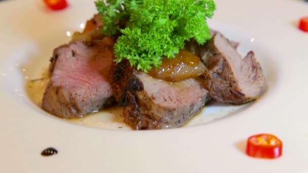 Fleischgerichte von verschiedenen Zubereitungen. Eine Vielzahl von Fleischgerichten in den kulinarischen Künsten. Warmen und kalten Fleischgerichten. Die Verfeinerung der Kochkunst