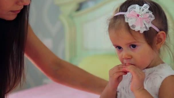 Kavkazská, děvče hraje doma. Malé dítě hraje s hračkami a knih. Zdravý emoční holčička. Koncepce rodinné štěstí a radosti.