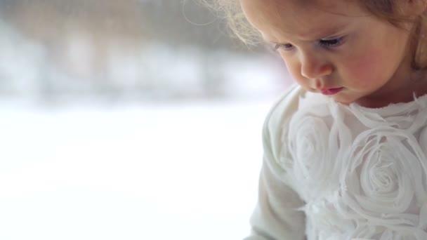 Portrét Kavkazský, děvče hraje doma. Detailní portrét holčičky. Portrét holčičky emocionální zdraví. Tvář close-up dítě, hraje s kamerou