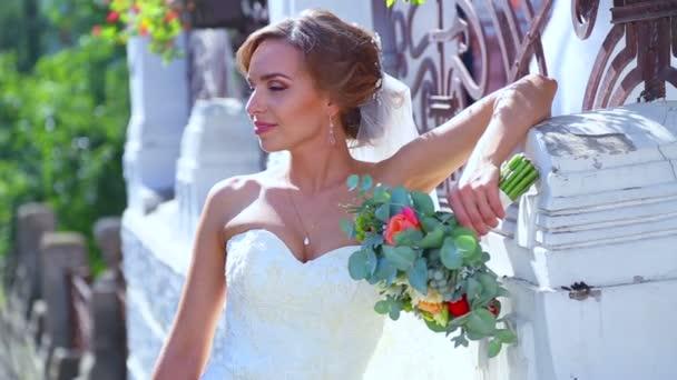 Kavkazská nevěsty a ženicha na svatební den. Novomanželům, chůze na povaze svatební den. Milenci, mladé novomanžele. Mladý pár si navzájem. Svátek, svatba, štěstí