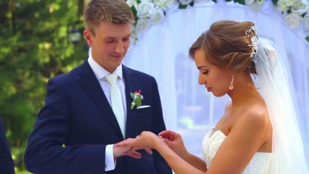 Kaukázusi menyasszony és a vőlegény az esküvő napján. Házasok, séta a természet az esküvő napján. Szerelmesek, fiatal pár esküvői. Fiatal pár, minden más élvező. Nyaralás, esküvő, boldogság