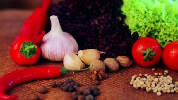 Složení z čerstvé zeleniny a koření. Čerstvá zelenina a koření zblízka. Zátiší zeleniny a koření pro reklamu. Čerstvé potraviny v studiu.