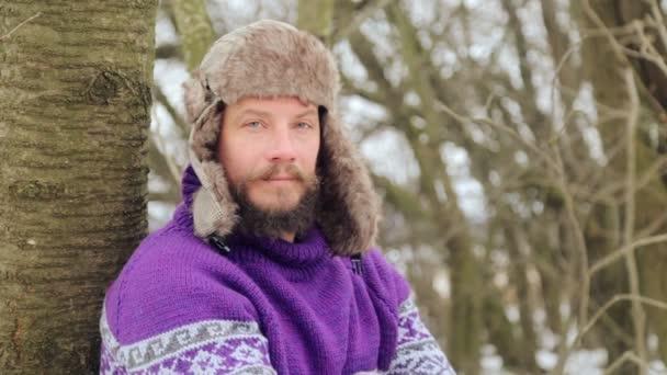 Portrét mladý pohledný muž s plnovousem. Vousatý muž v zimním lese. Zdravý mladý vousatý muž v přírodě.