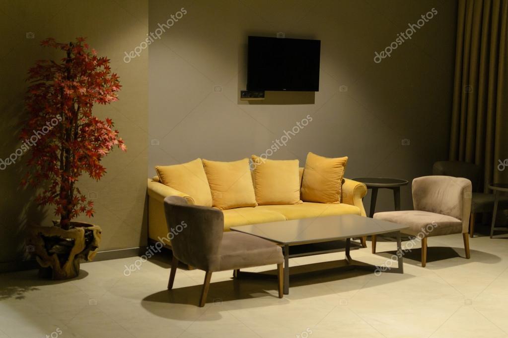 avond interieur Bank en fauteuil Tv-tafel — Stockfoto © ankmsn ...